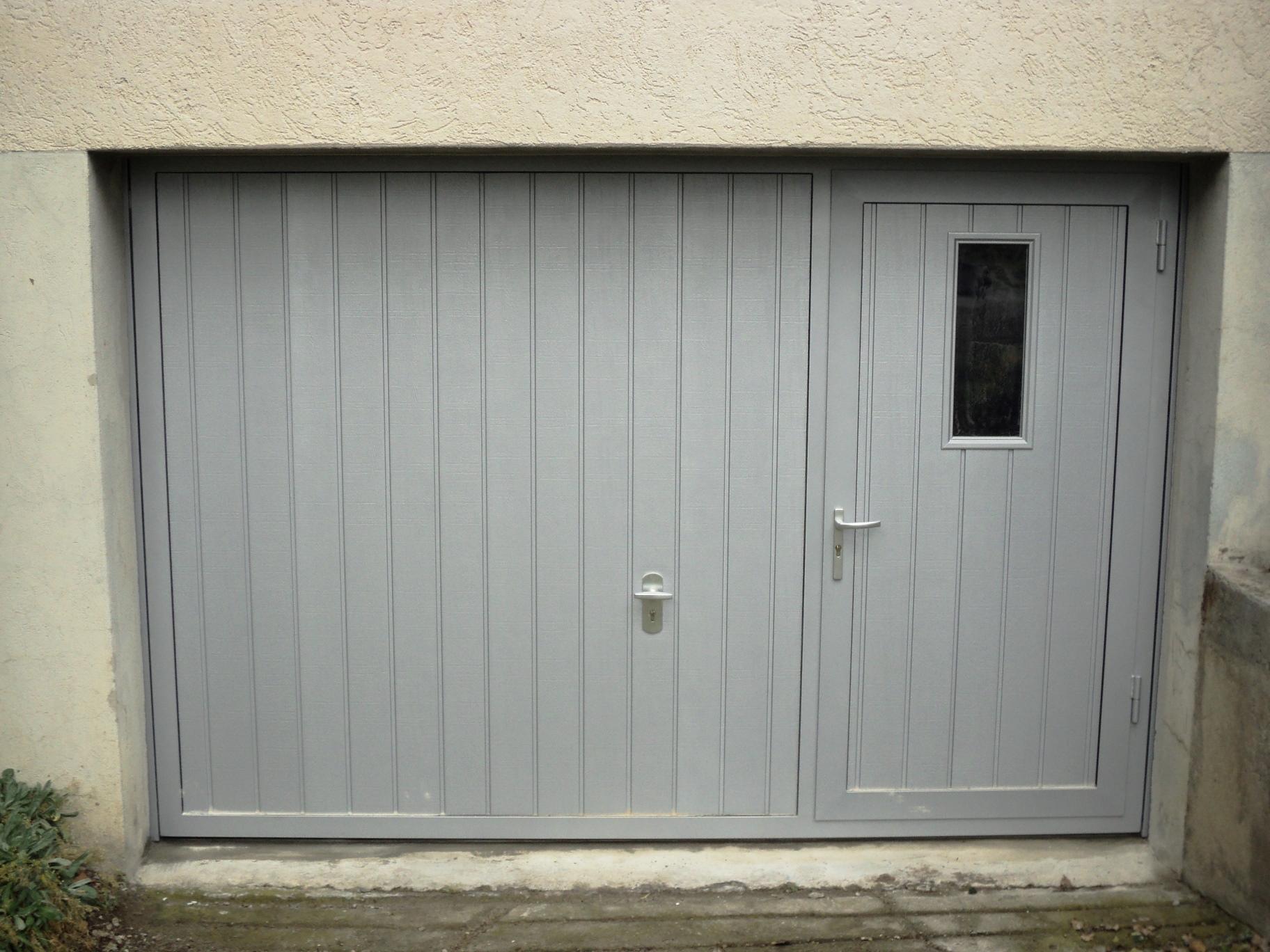 Alpha-Kipptor mit Schlupftüre und Fenster, Colmar S-Sicke senkrecht, woodgrain, RAL 7035 Lichtgrau.
