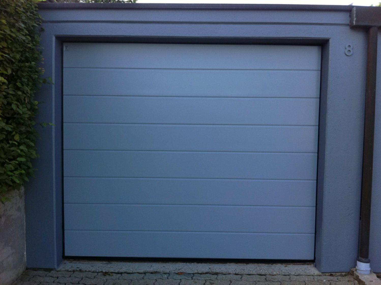 Sektionaltor Edelstahl Edition, M-Sicke, glatter silkgrain-Oberfläche, RAL 7040 Fenstergrau und einem Antrieb.